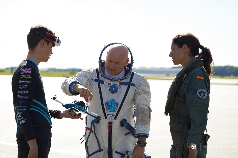 02_breitling-aviation-pioneers-squad_luke-bannister_scott-kelly-and-rocio-gonzalez-torres-from-left-to-right.jpg